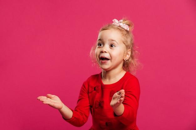 Immagine della ragazza incuriosita nel distogliere lo sguardo rosso del vestito