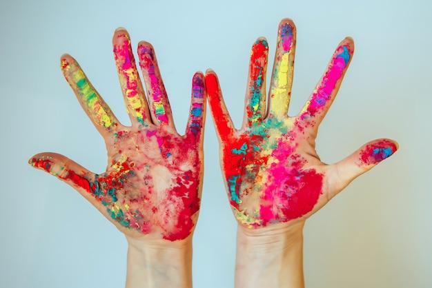 Immagine delle mani delle donne, concetto di holi, festival dei colori indiano.