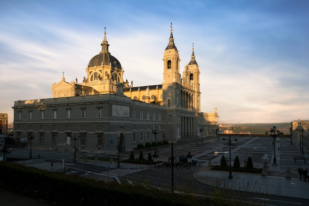 Immagine dello skyline di madrid con la cattedrale di santa maria la real de la almudena