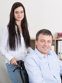 Immagine di amore e sostegno tra padre e figlia disabili