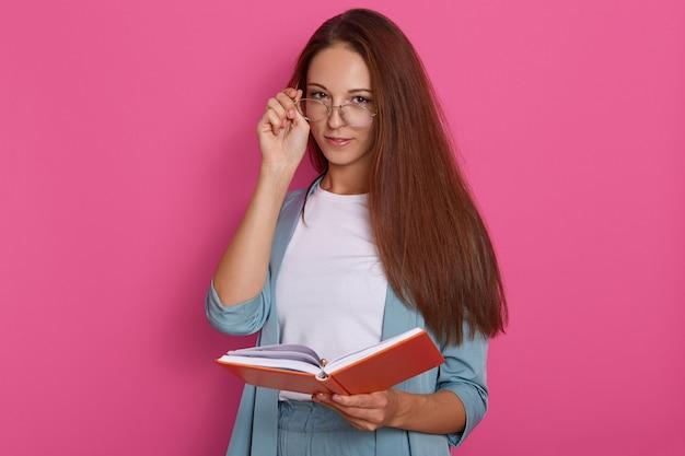Immagine di attraente scrittrice o giornalista