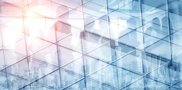 Immagine di doppia esposizione dell'estratto della gente di affari