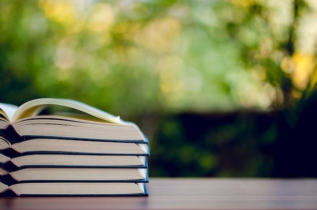 Immagine di libri e materiale didattico collocato sul tavolo concetto educativo con spazio di copia