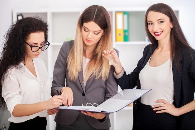 Immagine di partner commerciali che discutono di documenti e idee durante la riunione