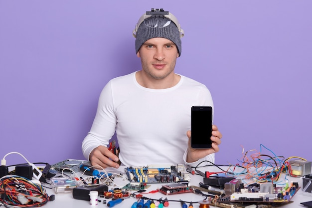 Immagine di radiotrician professionista fiducioso seduto nel suo posto di lavoro