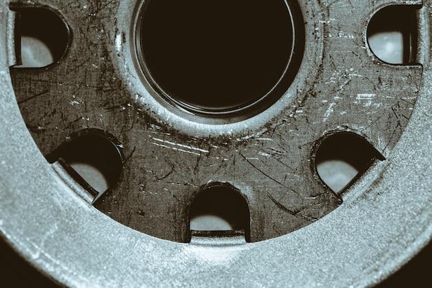 Immagine di sfondo monocromatica della fine del filtro dell'olio su. opere d'arte dal ricambio auto nella macrofotografia.