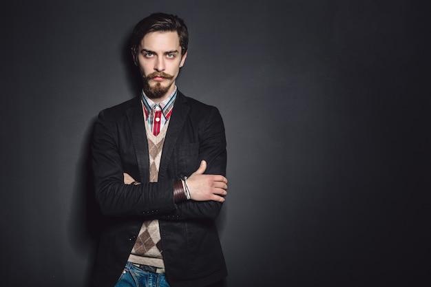 Immagine di un elegante giovane uomo di moda
