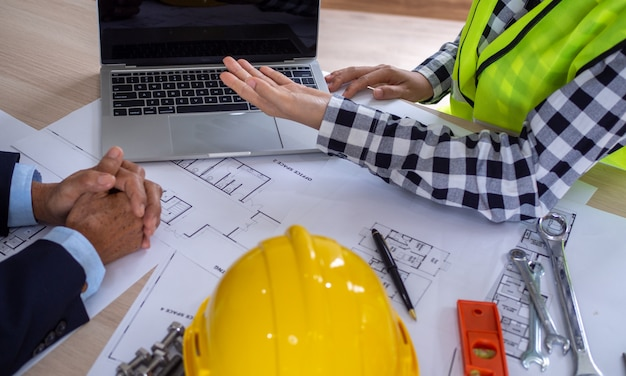 Immagine di un incontro tra l'appaltatore e il proprietario del progetto di costruzione. ristrutturare la nuova struttura dell'edificio