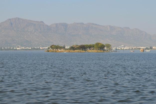 Immagine di un lago e alberi con la montagna