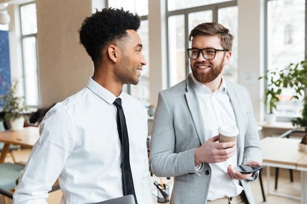 Immagine di uomini d'affari felici