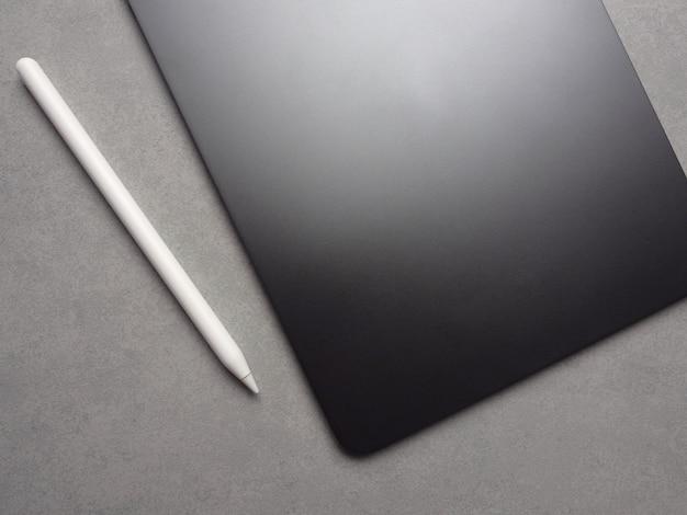 Immagine di vista superiore di nuova compressa lussuosa in bianco nera con la penna dello stilo