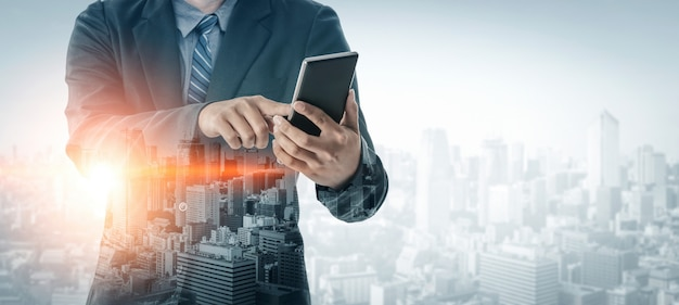 Immagine doppia esposizione della comunicazione d'impresa