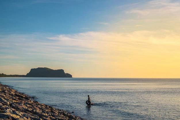 Immagine e tramonto del mare di sera in estate