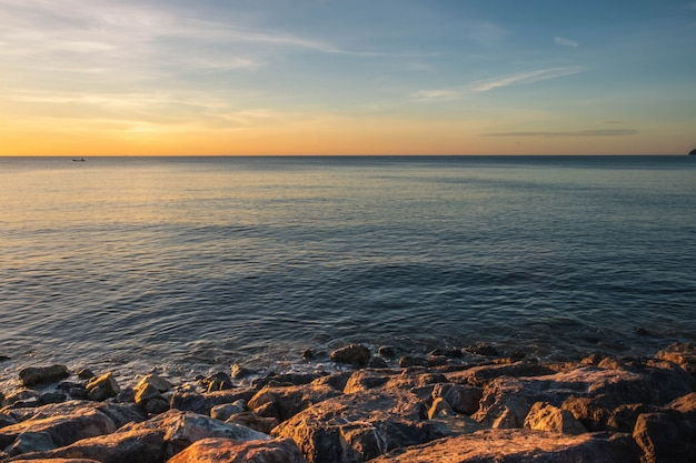 Immagine e tramonto del mare di sera