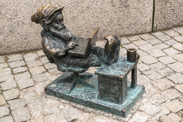 Immagine editoriale di wroclaw gnome nel vecchio centro urbano