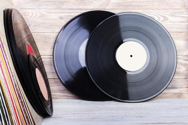 Immagine in stile retrò di una collezione di vecchi dischi in vinile