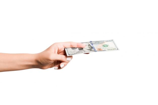 Immagine isolata della mano femminile che tiene un pacco di dollari su fondo bianco. concetto di pagamento
