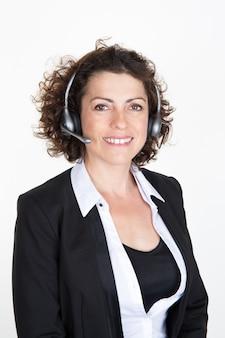 Immagine luminosa dell'operatore helpline femminile amichevole