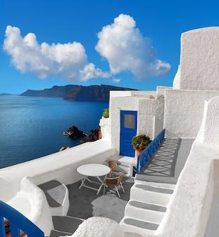 Immagine panoramica con architettura tipica dell'isola di santorini, in grecia