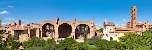 Immagine panoramica della rovina basilica di massenzio e costantino a roma