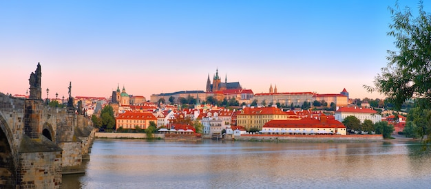 Immagine panoramica di praga romantica all'alba