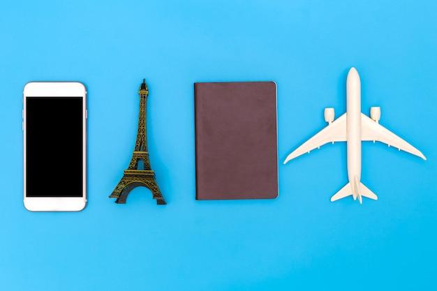Immagine piana di disposizione di abbigliamento accessorio per pianificare il viaggio in vacanza su fondo blu, concetto di viaggio, vista sopraelevata degli accessori del viaggiatore, oggetti essenziali di vacanza, concetto di viaggio su fondo blu.