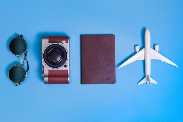 Immagine piatta di abbigliamento accessorio per pianificare il viaggio in vacanza sul blu