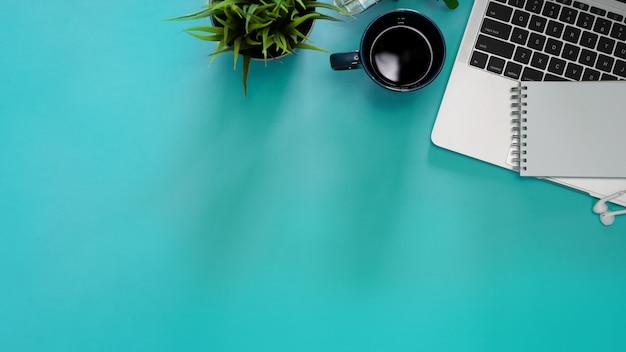 Immagine piatta e piatta creativa della scrivania dell'area di lavoro e forniture per ufficio