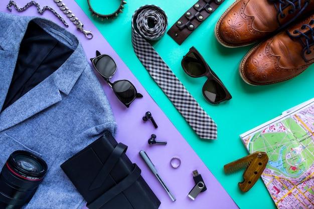 Immagine piatta laici dell'uomo accessorio abbigliamento per pianificare il viaggio in vacanza