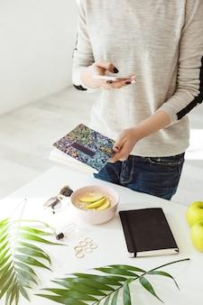 Immagine potata della ragazza in attrezzatura casuale che prende le immagini alla moda.