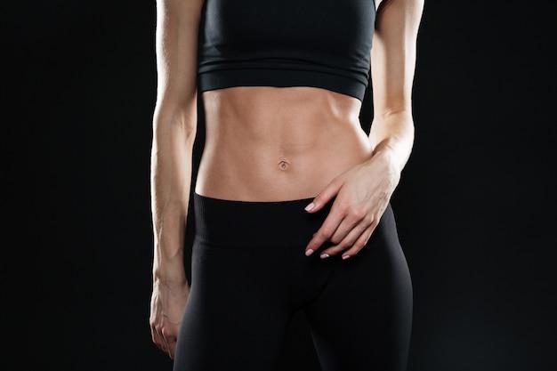 Immagine ritagliata di giovane donna sportiva