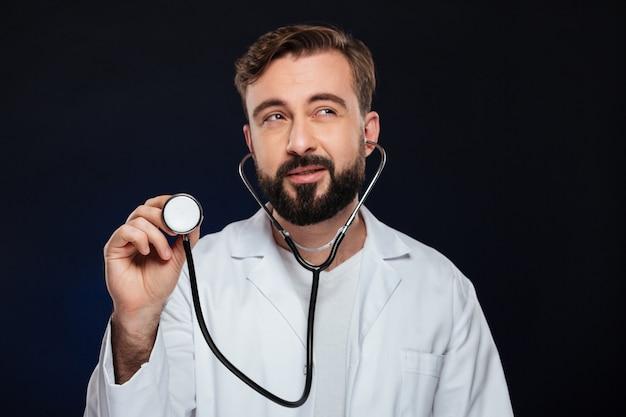 Immagine ritagliata di un bel dottore maschio