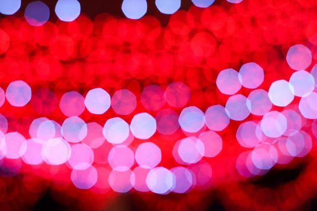 Immagine sfocata colorata di luce rossa e bianca della linea elettrica