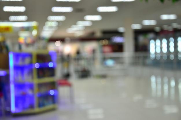 Immagine sfocata degli interni del centro commerciale