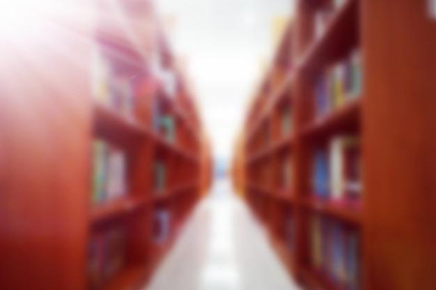 Immagine sfocata di scaffale in biblioteca, risorse della biblioteca