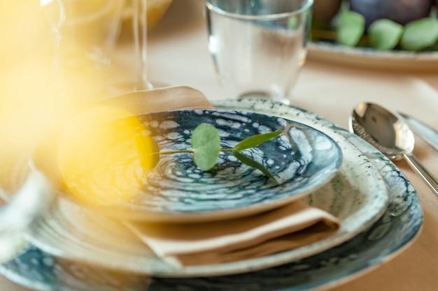 Immagine sfocata di un'elegante tavola