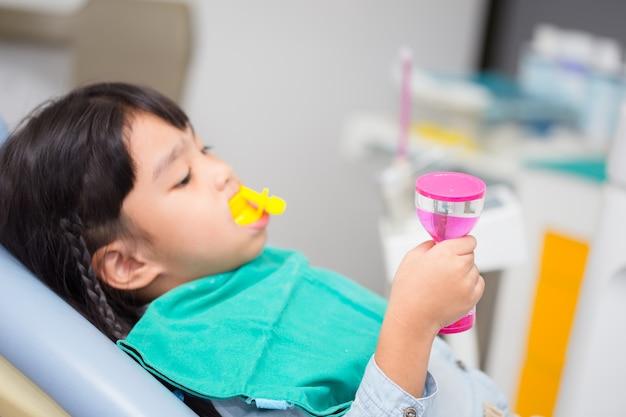 Immagine sfocata il rivestimento in fluoruro nei bambini
