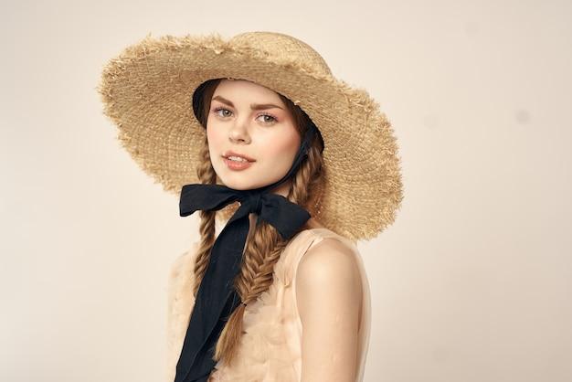 Immagine tenera della bambola d'annata di una ragazza in un vestito trasparente e in un cappello, una bambola vivente