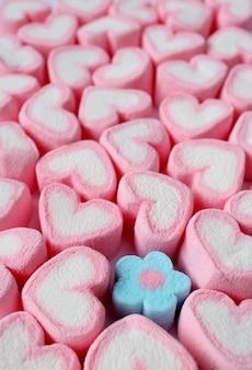 Immagine verticale del cuore a forma di un unico marshmallow a forma di fiore blu