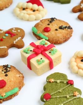 Immagine verticale di set di biscotti di natale su uno sfondo bianco