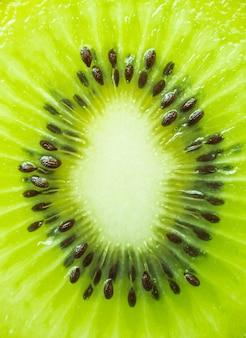 Immagine verticale di una fetta di kiwi. fotografia macro.