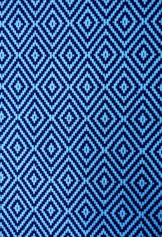 Immagine verticale di vibrante blu e blu navy modello etnico vista frontale del tessuto