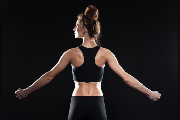 Immagine vista posteriore della giovane donna sportiva