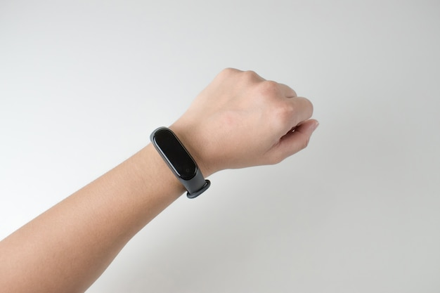 Immagini del primo piano delle donne che indossano orologi digitali intelligenti