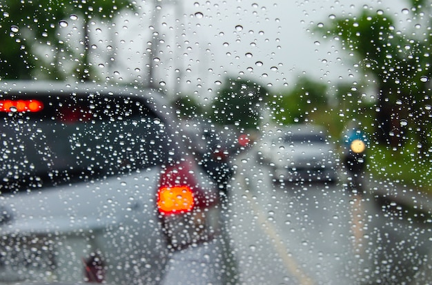 Immagini dell'auto offuscata con gocce d'acqua
