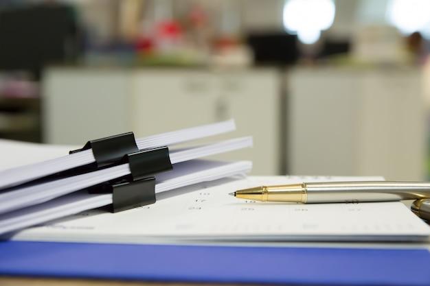 Immagini di attrezzature finanziarie sulla scrivania.