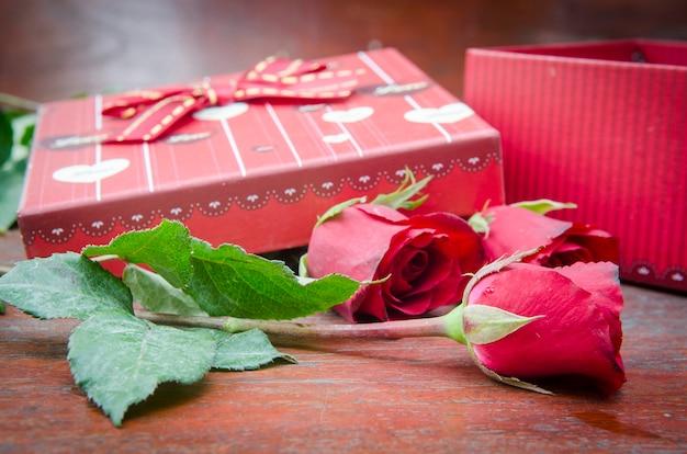 Immagini di rose e regali per san valentino.