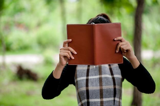 Immagini e libri di mano concetto di educazione