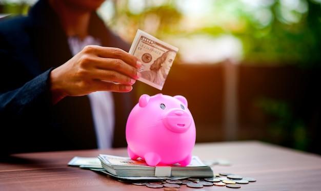 Immagini ravvicinate di soldi e maiali, risparmiando denaro