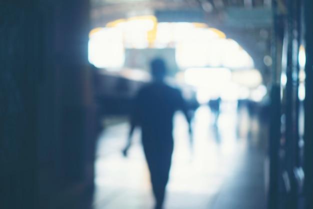 Immagini sfocate di persone nella stazione ferroviaria